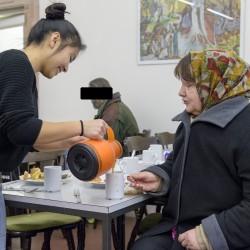 Die Jugendlichen von CityCult bereiten im Gewölbekeller des Schmitthennerhauses in der Heiliggeiststraße ein Frühstück für Bedürftige.   Foto: Philipp Rothe, 10.02.2016